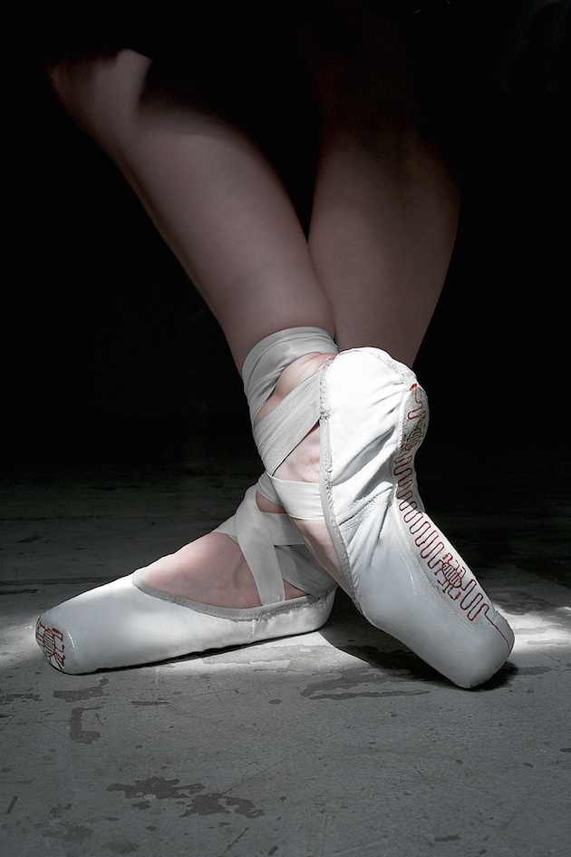 Electronic-Slippers-Turn-Dancer-s-Movements-into-Digital-Paintings-feel-desain-Trubat6